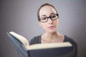 本を眺める女性