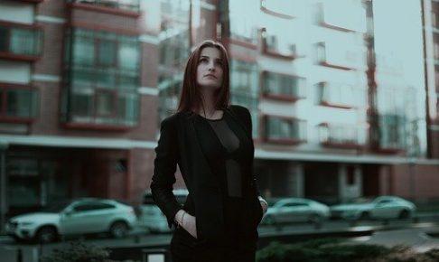 上を見上げる女性(二谷)